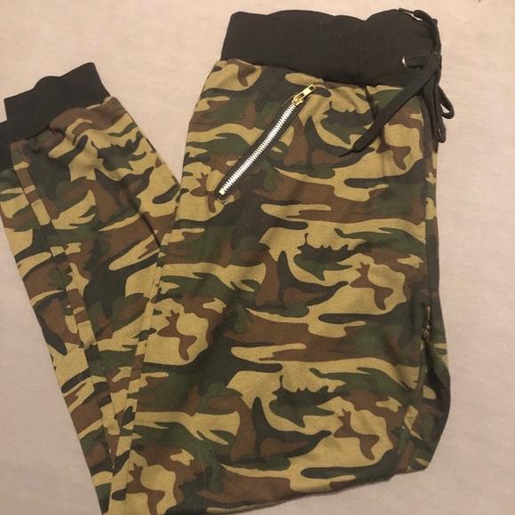Pants - Camo joggers with pockets